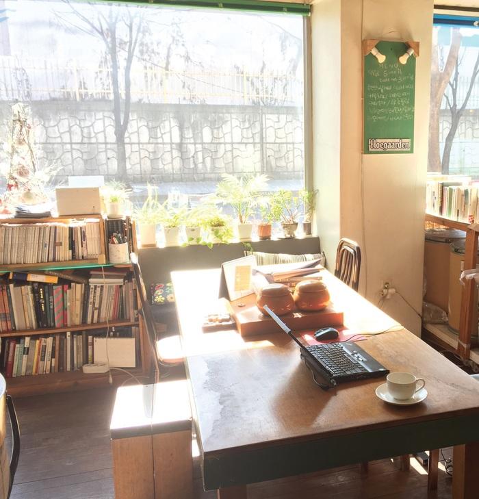 필자가 9년 째 매일 아침 글을 쓰는 카페의 작업 공간